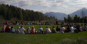 riunione organizzativa all'aperto con i bambini e ragazzi del campo estivo