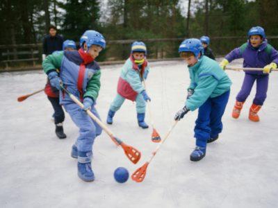 broomball attività invernale dei campi per bambini e ragazzi