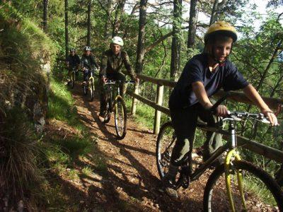 Ragazzi in mountain bike al summer camp